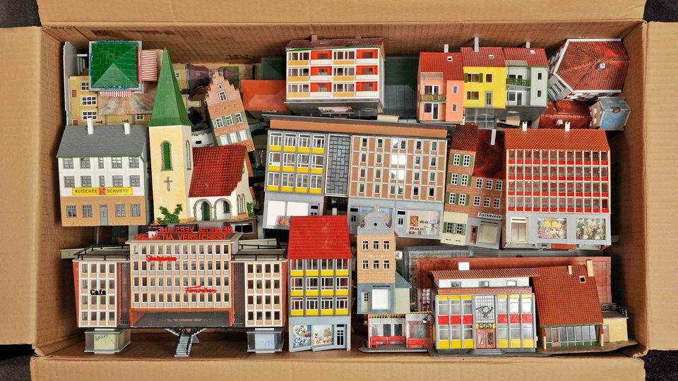 Modellbauhäuser in einer Kiste. | Bildquelle: WDR / INTERFOTO / TV-yesterday
